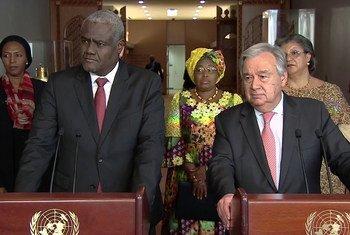 Secretário-geral da ONU, António Guterres (à direita) e Moussa Faki, presidente da Comissão da União Africana (à esquerda).