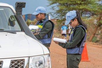 L'officier Heang Sokl avec son collègue le capitaine Mon Sinang, membres d'une unité de police militaire cambodgienne déployée au sein de la Mission des Nations Unies au Soudan du Sud (MINUSS), procèdent à un contrôle de vitesse.
