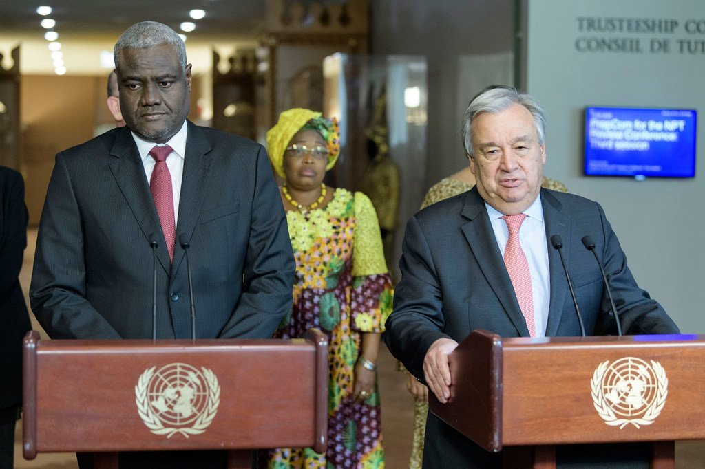 Le Secrétaire général des Nations Unies, António Guterres (à droite) et le Président de la Commission de l'Union africaine, Moussa Faki Mahamat, après une réunion de la conférence annuelle UA-ONU.