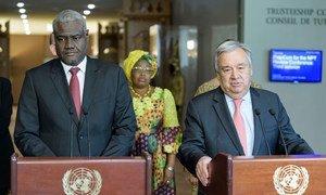 Le Secrétaire général des Nations Unies, António Guterres (à droite) et le Président de la Commission de l'Union africaine, Moussa Faki Mahamat, informent les journalistes après la réunion de la troisième conférence annuelle UA-ONU.