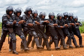 Police officers at the UN Mission in South Sudan carry out a riot-control training exercise. (file 2015)