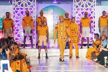坦桑尼亚一个竞赛中获奖的时装设计。