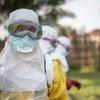 Katika kliniki moja  ya kutibu wagonjwa wa Ebola huko Mbandaka jimbo la Kivu Kaskazini, mhudumu akiwa amevalia mavazi rasmi ili kuepusha maambukizi.