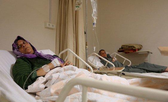 مرضى يتلقون العلاج في مستشفى طرابلس الحكومي في ليبيا.