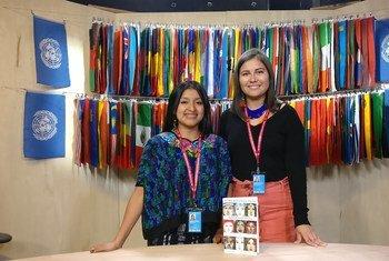 """Antonia Benito Tomas (izquierda), una mujer indígena maya Pocomam de Guatemala y Rayanne Cristine Maximo Franca de la comunidad indígena Baré de la Amazonía brasileña, presentan el libro """"""""Juventud Indígena Global: A través de sus ojos""""."""