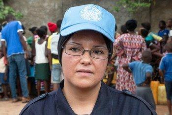 Nadia Khelifi, une femme casque bleu qui travaille au sein de la MINUSCA, en République centrafricaine.