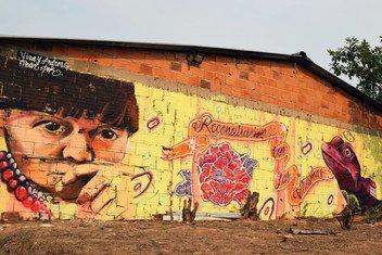 À Caquetá, en Colombie, une fresque intitulée « Réconciliation avec les victimes », symbolise la réintégration d'anciens membres des Forces armées révolutionnaires de Colombie (FARC).
