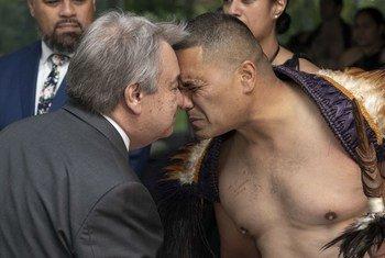 El Secretario General António Guterres recibe un saludo maori tradicional en Nueva Zelanda.