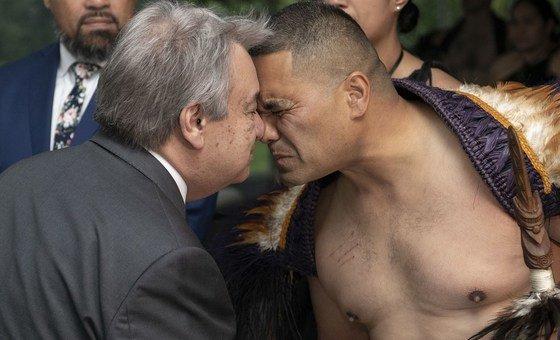 António Guterres cumprimenta-se de forma tradicional com um nativo da Nova Zelândia, em Auckland, antes de falar a jornalistas com a primeira-ministra Jacinda Ardern.