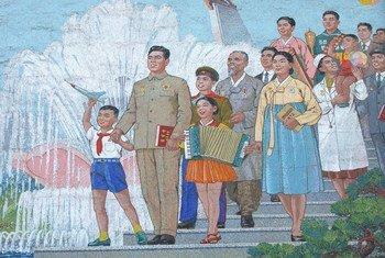 儿基会平壤办公室内的壁画,描绘朝鲜已故国家领导人金日成与男女老幼、各行各业的百姓在一起。