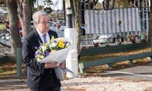 Katibu Mkuu wa Umoja wa Mataifa António Guterres akiweka shada la m aua huko Christchurch New Zealand kuenzi waathirika wa shambulio la Machi mwaka huu.