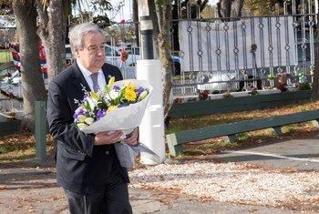 联合国秘书长安东尼奥·古特雷斯在克赖斯特彻奇献花圈,纪念2019年3月15日新西兰大规模枪击事件的受害者。(2019年5月13日