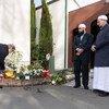 الأمين العام أنطونيو غوتيريش يضع إكليلا من الزهور أمام نصب تذكاري في كرايست تشيريش، نيوزيلندا، لتكريم ذكرى ضحايا الهجوم الإرهابي على مسجدين في المدينة في مارس 2019.