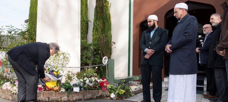 En Nouvelle-Zélande, le Secrétaire général de l'ONU, António Guterres, dépose une couronne de fleurs dans l'une des deux mosquées où des fidèles ont été abattus en mars 2019.