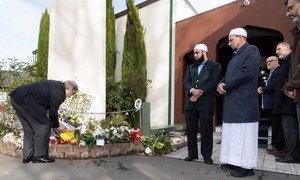 El Secretario General, António Guterres, deposita una corona de flores en una de las mezquitas de Christchurch, en Nueva Zelanda, donde decenas feligreses murieron en un ataque terrorista.