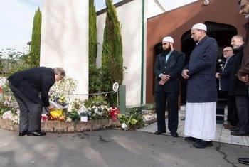 यूएन प्रमुख न्यूज़ीलैंड के क्राइस्टचर्च शहर की मस्जिदों में गोलीबारी में मारे गए लोगों को श्रृद्धांजलि देते हुए. (फ़ाइल)