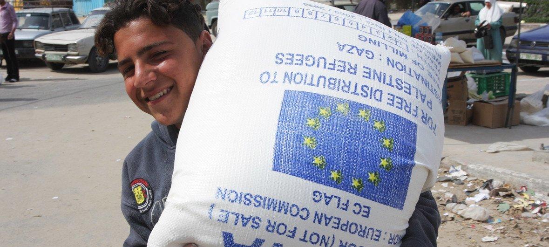 (من الأرشيف) أكثر من نصف سكان غزة يعتمدون على المساعدات الغذائية من المجتمع الدولي.