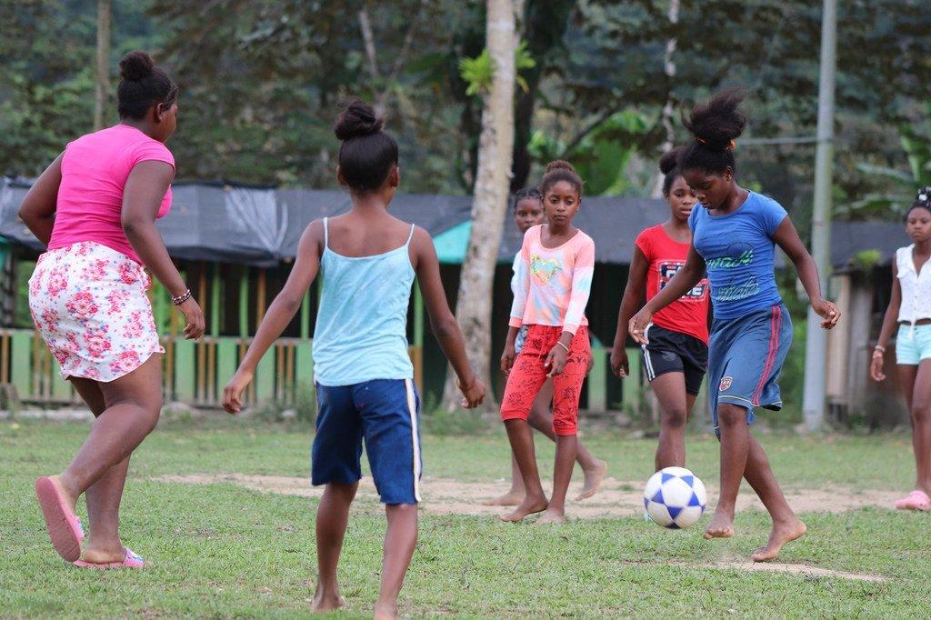 Leidy, con camiseta rosa, y Yoneisy, con la azul, juegan al fútbol en la localidad colombiana de Mandé. Su sueño es lograr botas y uniformes para sus equipos.