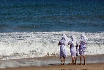 三名斯里兰卡穆斯林女童在海边玩耍。(2008年资料图片)