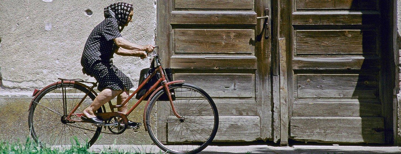 Una mujer mayor pasea en bicicleta. Las nuevas directrices de la Organización Mundial de la Salud destacan el valor del ejercicio regular para prevenir la demencia.