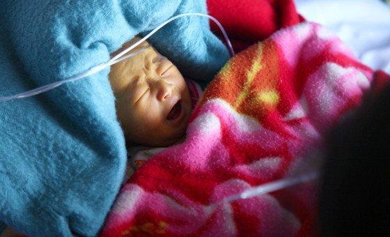 2011年10月,由儿基会与粮食署支持的朝鲜咸镜南道儿科医院,一名患有黄疸的新生儿。
