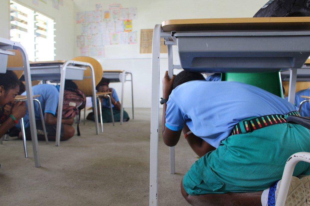 Katika maeneo ya ukanda wa chini wa pwani huko Vanuatu, wanafunzi wakifanya zoezi la kujiandaa dhidi ya mawimbi ya Tsunami