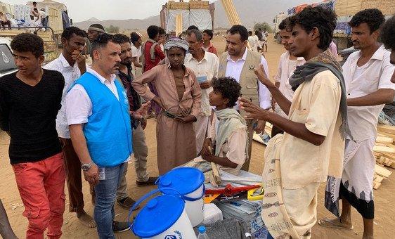 难民专员办事处的一名工作人员与也门哈贾省的流离失所儿童谈话。