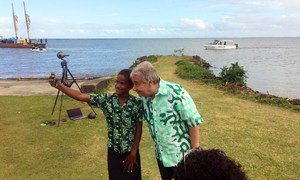 A student takes a selfie with Secretary-General António Guterres during the UN chief's visit to Fiji in May 2019.