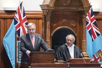 सूवा में फ़िजी की संसद को संबोधित करते यूएन महासचिव.