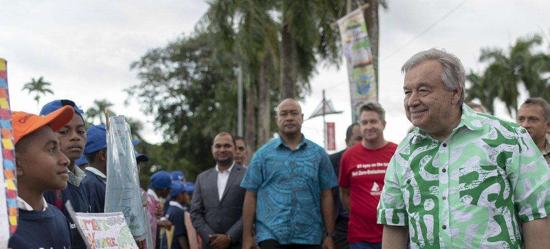 联合国秘书长古特雷斯在斐济首都苏瓦与一名参加气候行动艺术展的学生交谈。