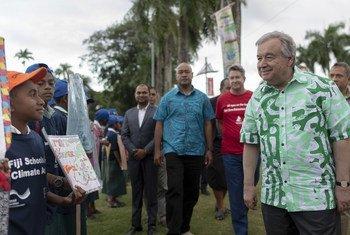 Secretário-geral da ONU conversou com estudantes em Suva, capital das Ilhas Fiji.