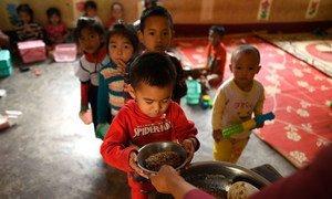 2019年5月14日,老挝勐赛县一所小学的学生正在吃午餐。