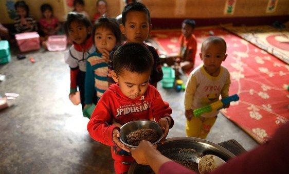 Les enfants de l'école primaire Ban Bor du district de Xay, en République démocratique populaire lao, prennent leurs repas à. (14 mai 2019)