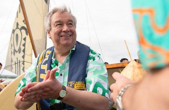 Генеральный секретарь ООН Антониу Гутерриш совершил экскурсию на экологически безопасном паруснике, оборудованном солнечными батареями.