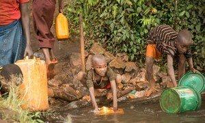 Watoto wakiteka maji machafu katika mto karibu na nyumbani jimbo la Ruyigi nchini Burundi. Septemba 14, 2017