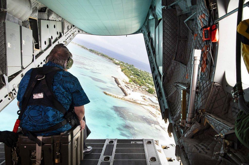 Le Secrétaire général de l'ONU, António Guterres, survole la côte d'une île des Tuvalu dans le Pacifique.