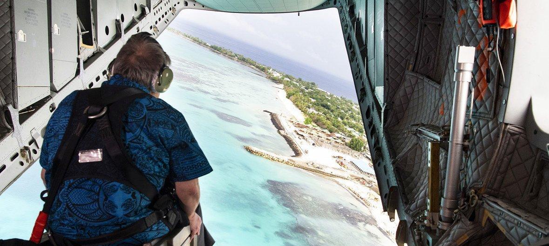 أمين عام الأمم المتحدة أنطونيو غوتيريش في رحلة جوية في أجواء توفالو، الدولة الجزرية في المحيط الهادئ التي تعاني بشدة من آثار التغير المناخي، وخاصة ارتفاع منسوب مياه البحر. 17 مايو/أيار 2019.
