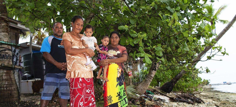 Cette famille des Tuvalu habite à seulement 10 mètres du rivage.