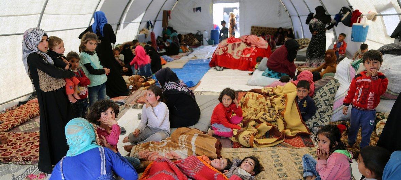 Algunas familias que huyen de las hostilidades en Siria han encontrado refugio en tiedas entregadas por la Media Luna Roja Turca