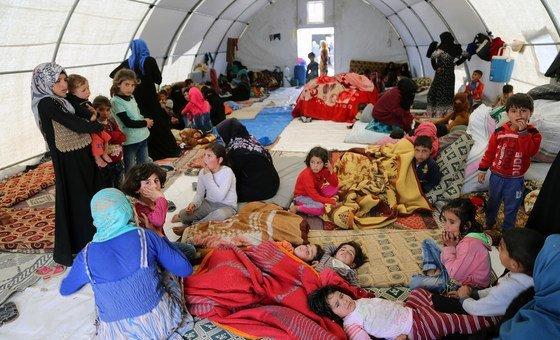 流离失所的叙利亚家庭在土耳其红新月会提供的帐篷中躲避战火。