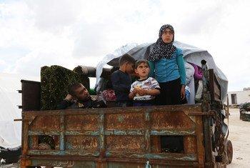 2019年5月,一个叙利亚家庭搭乘卡车逃离冲突地区。