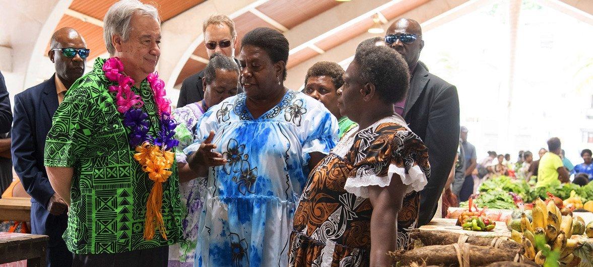 """2019年5月18日,联合国秘书长安东尼奥·古特雷斯在瓦努阿图会见了妇女署支持的""""市场促进变革""""项目的受益者。"""