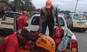 Em Moçambique, bombeiros brasileiros em ação sendo transportados pelo Unfpa.