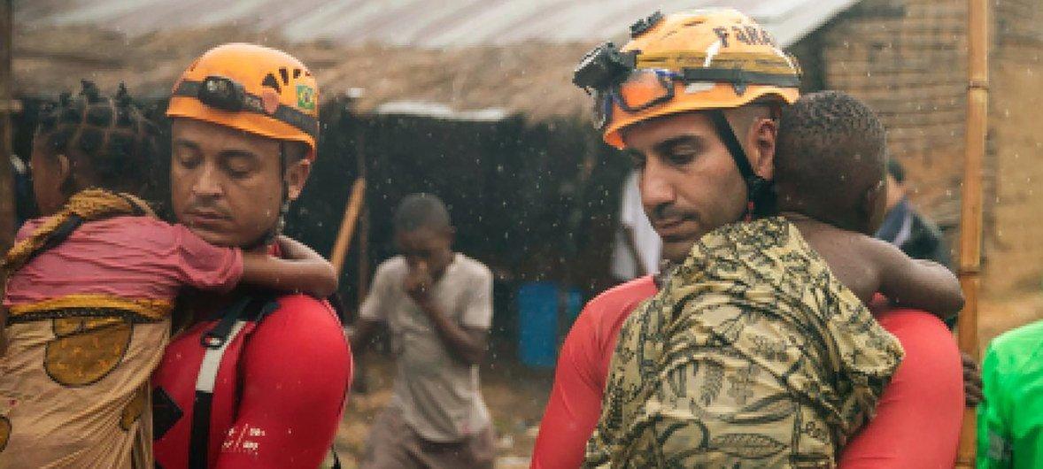 Ciclone Kenneth: Bombeiros brasileiros em operação de busca e salvamento em Pemba, Moçambique.