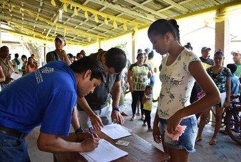 Migrantes e refugiados da Venezuela recebendo assistência em Boa Vista, Roraima, no Brasil