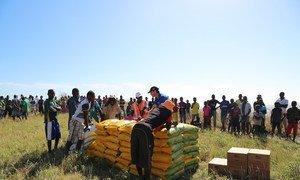 Distribuição de alimentos realizada pelo Programa Mundial de Alimentação, PMA, em Matemo, uma das ilhas Quirimbas, na província de Cabo Delgado, Moçambique. A região foi uma das áreas do país afetada pelo ciclone Kenneth.