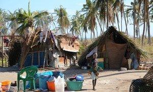 Menina usando a máscara de Mussiro posa para a foto em Matemo, Moçambique, ilha afetada pelo ciclone Kenneth.