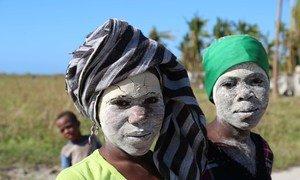 Nativas de Matemo com a máscara de Mussiro, um creme tradicional para a pele, feito do caule de uma planta conhecida pelo mesmo nome. Moçambique, 8 de maio de 2019.