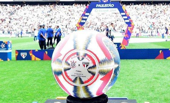 A bola usada na final do campeonato e que está sendo leiloada em prol das crianças afetadas pelos ciclones Idai e Kenneth no sudeste da África.