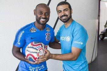 O atacante do Corinthians Vagner Love, campeão paulista de 2019, foi um dos atletas que assinaram a bola usada na final do campeonato e que está sendo leiloada em prol das crianças afetadas pelos ciclones Idai e Kenneth no sudeste da África.